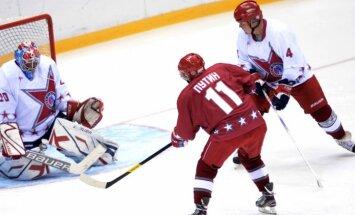 Foto: Putins un Lukašenko spēlē hokeju Sočos