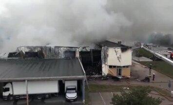 Video: Pirmdienas rītā liesmas plosījušas uzņēmuma 'MikroTik' noliktavu