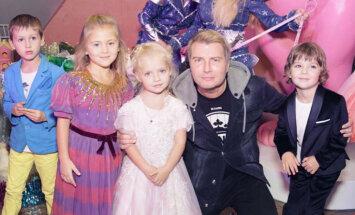 Foto: Galkina un Pugačovas dvīņi neticami krāšņi atzīmē jubileju