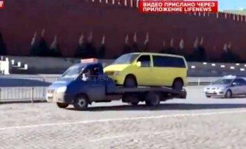 Video: Zaglis ar autoevakuatoru bēg no policijas pa Sarkano laukumu