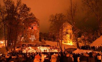 Foto: Cēsīs tūkstošiem svecīšu liesmiņu Lāčplēša dienā izveido Latvijas kontūru