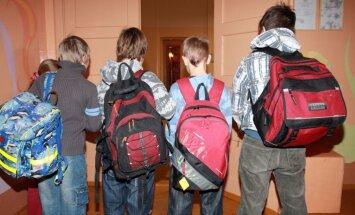 У большинства детей— проблемы с осанкой; причины— тяжелые портфели и увлечение гаджетами