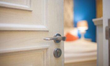 В какую сторону должна открываться дверь: наружу или вовнутрь, налево или направо?
