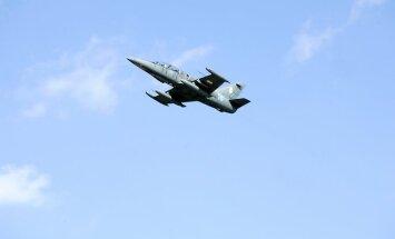 """Polijas iznīcinātājs """"F-16 Fighting Falcon"""" no Gaisa spēku bāzes Krzesinā virs Ādažu poligona Igaunijas, Latvijas un Lietuvas gaisa kontrolieru apmācību laikā, kuras vada NATO Gaisa spēku pavēlniecības štābs Ramšteinā."""