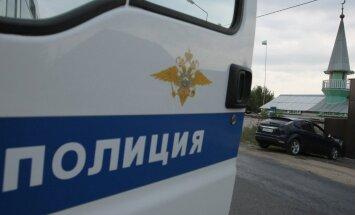Čečenijā no kraujas nokrīt smagā automašīna ar policistiem