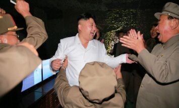 Kims Čenuns līksmo par godu veiksmīgajam ballistiskās raķetes izmēģinājumam