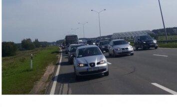 Siltā laika dēļ uz Jūrmalas šosejas izveidojies sastrēgums, ziņo lasītāja