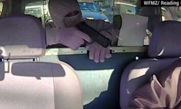 Video: Bruņots vīrietis aplaupa 'taksi', aiz kura stāv policija