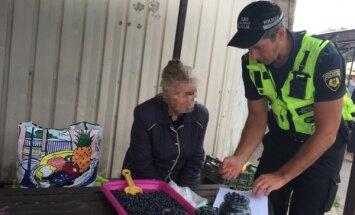 Foto: Policistu pārrunas ar melleņu tirgotāju Purvciemā samulsina pircēju