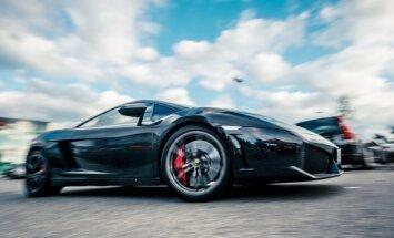 Foto: Rīgā iespējai izbraukt ar 'Ferrari' pievienojies 'Lamborghini' spēkrats