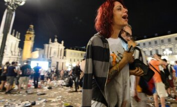 Juventus supporters evacuate Piazza San Carlo after a pani