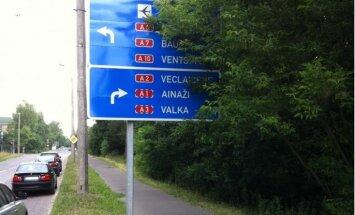 Autovadītājus aicina ziņot atbildīgajām iestādēm par aizaugušām ceļa zīmēm