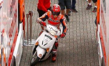 Video: 'MotoGP' braucējs avarē; izmanto mopēdu, lai pabeigtu sacīkstes