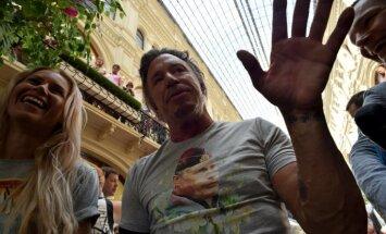 ФОТО: Западные знаменитости скупают футболки с Путиным