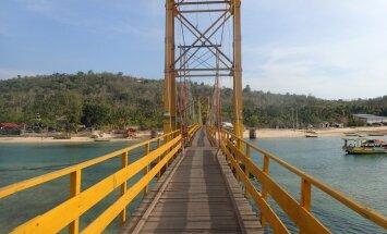Indonēzijā, sabrūkot tiltam, vismaz deviņi bojāgājušie