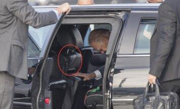 Foto: Baidena miesassargam limuzīnā drošības josta piesprādzēta aiz sēdekļa