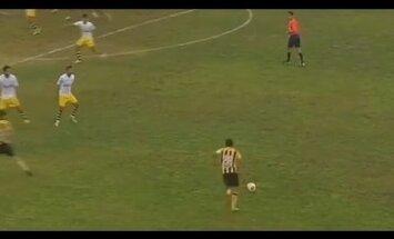 Video: Futbola spēlē izpilda pagalam neveiksmīgu soda sitienu