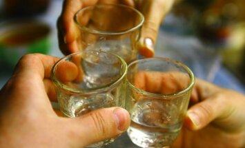 Pētījums: lai nopirktu grādīgos dzērienus, latviešiem jāstrādā visilgāk ES