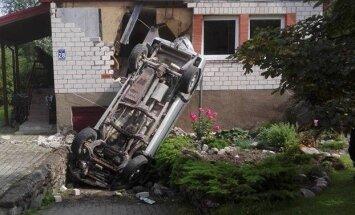 Skrīveros auto 'ielido' privātmājas sienā