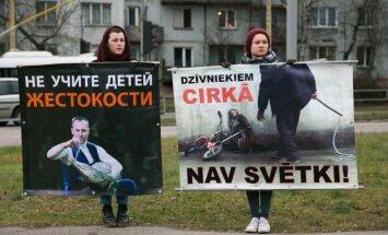 Foto: Protesta akcija pie cirka Purvciemā paliek nesadzirdēta