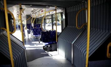 Krītot Rīgas sabiedriskajā autobusā, sieviete guvusi traumas