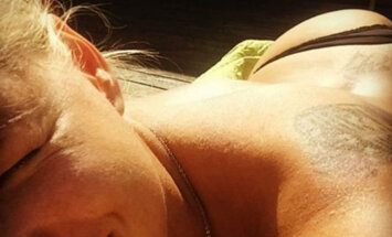 Foto: Liene Greifāne mazītiņos stringos sauļo labi trenēto augumu