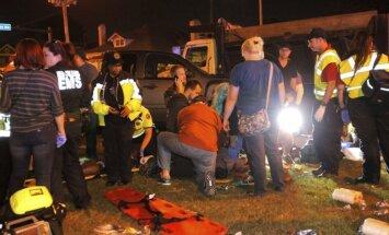 Automašīna ASV ietriecas karnevāla skatītāju pūlī; 28 ievainoti