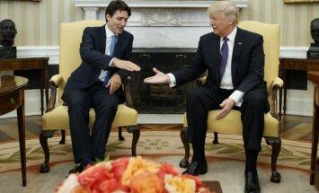 Pasaule uzjautrinās par Trampa savdabīgo rokasspiediena manieri