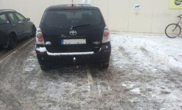 Foto: Gulbenē automašīna aizņem divas invalīdu stāvvietas