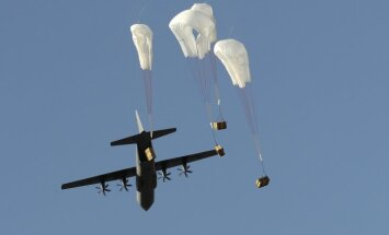 ASV no gaisa apgādā ar ieročiem Kobanes aizstāvjus