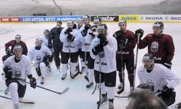 Latvijas hokejisti mačam pret Austriju gatavojas mainītos virknējumos un bez Dārziņa