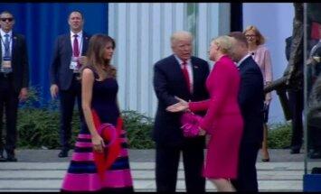 Video: Polijas pirmā lēdija ignorē Trampu un pirmo sveic Melāniju
