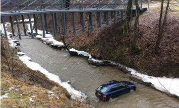 Foto: Līgatnē upē ielidojis 'Opel' automobilis