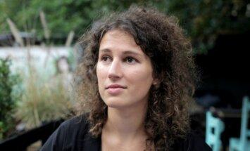 Ar īpašu vizuālā teātra izrādi 'Aklā zona' debitē jaunā režisore Māra Gaņģe