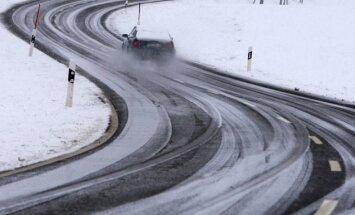 Sniega un apledojuma dēļ daudzviet apgrūtināti braukšanas apstākļi