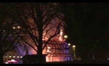 Video: Atkal sarkanās liesmās nosvilst zviedru Ziemassvētku āzis