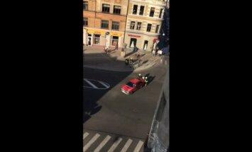 Video: Ugunsdzēsēji saglābj Avotu ielā aizdegušos auto