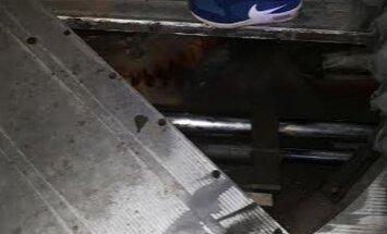 Foto: Autobuss kursē ar caurumu grīdā; 'Rīgas satiksme' šoferi sodīs
