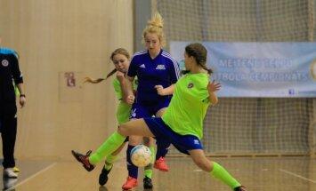 Foto: Aizrautīgas cīņas Latvijas meiteņu telpu futbola čempionātā