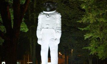 Pērtiķa-kosmonauta skulptūru pārvietos uz Avārijas brigādes parku