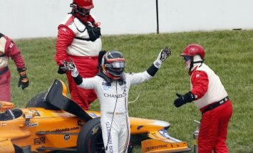 Alonso lieliskā debija 'Indy 500' sacīkstēs apraujas dzinēja problēmu dēļ
