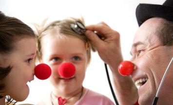 'Rasēns' un dakteri Klauni skolēnu brīvlaikā radīs prieku Bērnu slimnīcas pacientiem