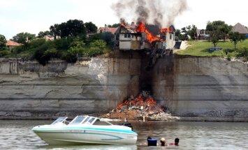 Foto: Amerikāņi nosvilina villu, lai tā neiekrīt ezerā