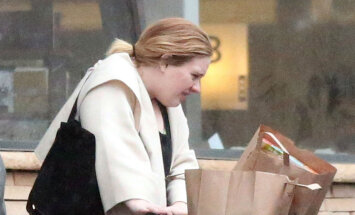 Foto: Dziedātāja Adele pieķerta bez grima