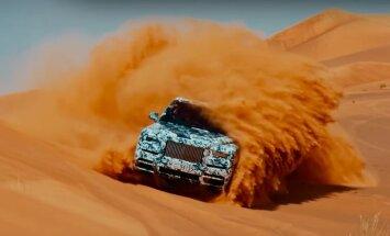 Video: 'Rolls-Royce' paaugstinātās pārgājības auto plosās tuksnesī