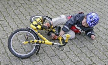 Nokrītot no velosipēda, Kurzemē nopietnas traumas guvis mazs zēns