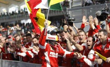 Fetels pārspēj 'Mercedes' pilotus un gūst uzvaru Malaizijas 'Grand Prix' izcīņā