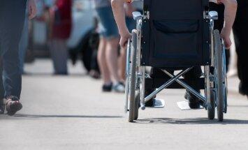 Pensijas invalīdiem nekavēsies, lemj Saeima