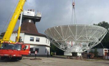 Foto: Kā Irbenes kompleksā paceļ 16 tonnas smagu antenu