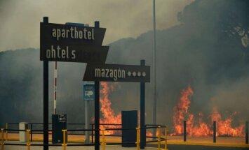 Foto: Spānijā meža ugunsgrēka dēļ evakuē tūkstoš cilvēku
